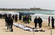 Soccorritori e forze dell'ordine vicino ai cadaveri di alcuni migranti affogati al largo delle coste siciliane